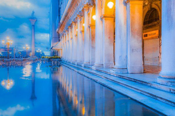 AquaAlta zur BlauenStunde_ Piazetta Venedig