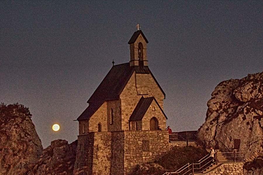 Kapelle auf dem Wendelstein bei Vollmond