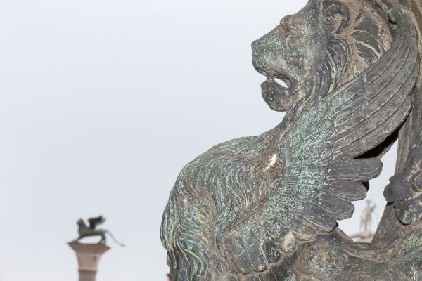 Löwenkopf am Fahnenmast, Markusplatz, Venedig